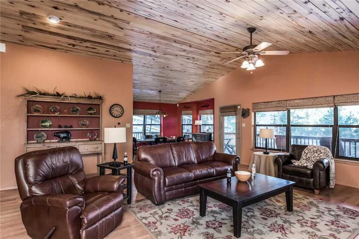 Bear Butte Lodge, 3 bedrooms, Sleeps 6, Hot Tub, View, Fenced Yard