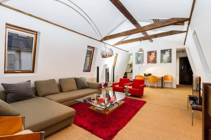 Livingroom with sky light.