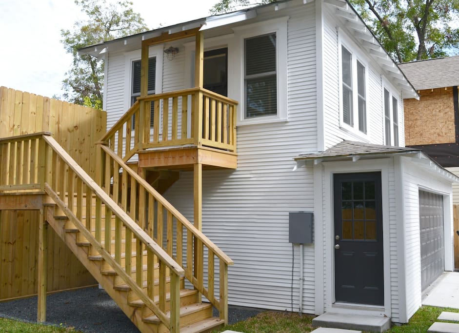Private entrance with small deck for easy access.
