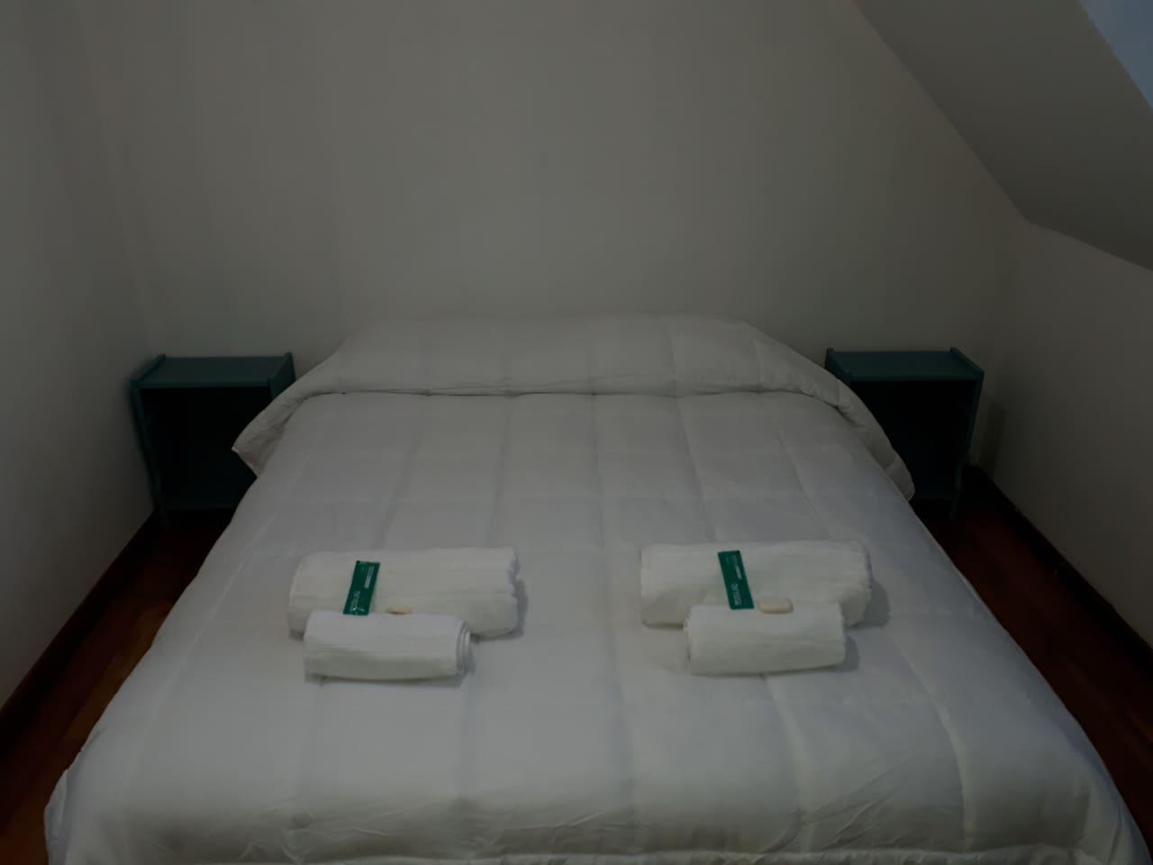 Dormitorio 1. 1 Sommier Queen zise, marca King KoiL con resortes individuales. Toalla y toallon Danubio 500grs. Jabon y shampoo.