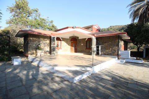 OYO Nakki Lake-2.7 km - 1BR Classic Dwelling near Thakore House