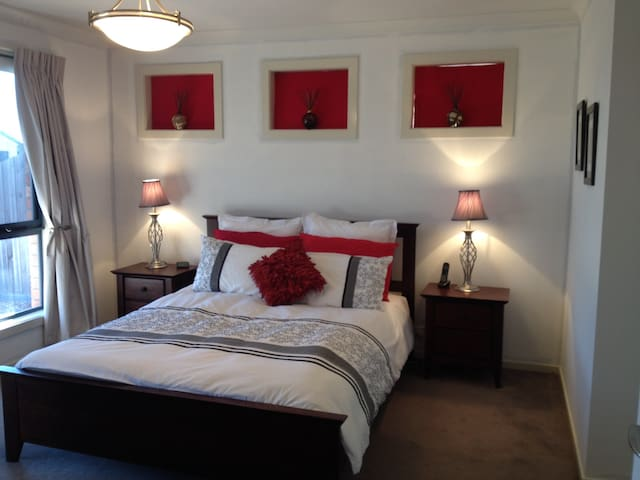 Main bedroom with queen bed & ensuite - Grovedale