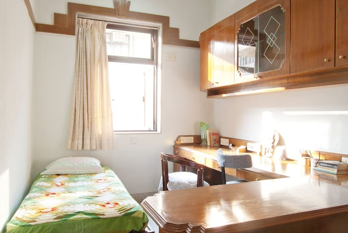 Economy AC Home Stay at Churchgate on Marine Drive
