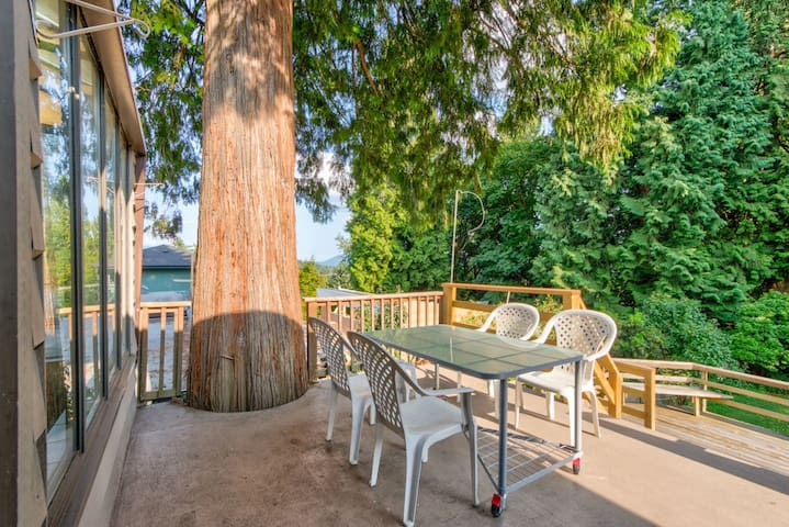 ★BEAUTIFUL 3 BEDROOM FAMILY HOUSE IN LYNN VALLEY!★