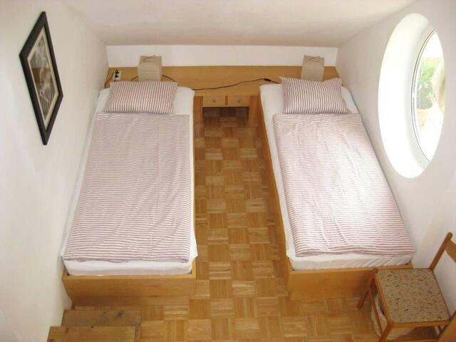 Schlafzimmer mit 2 Einzelbetten von Galerie aus