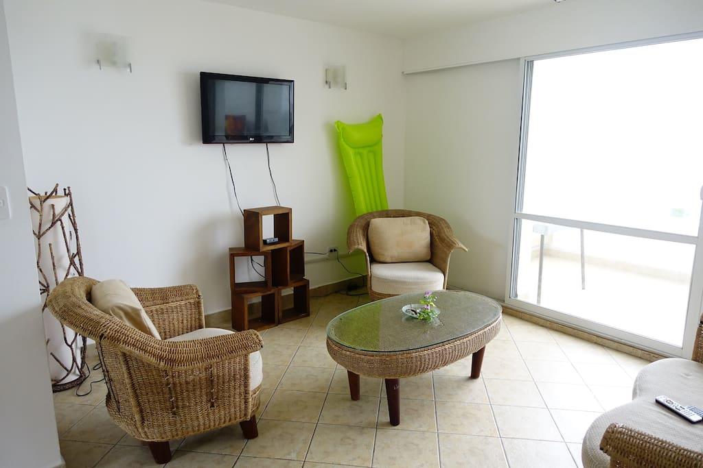 Sala con tv y coneccion opcional a Directv