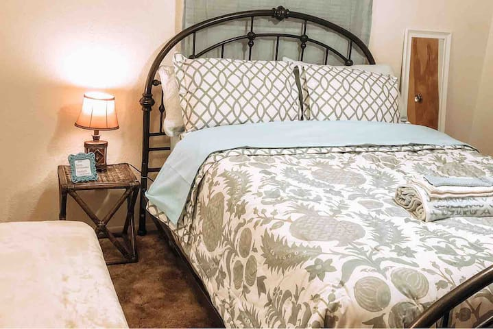 Private bedroom with queen bed in Portales!