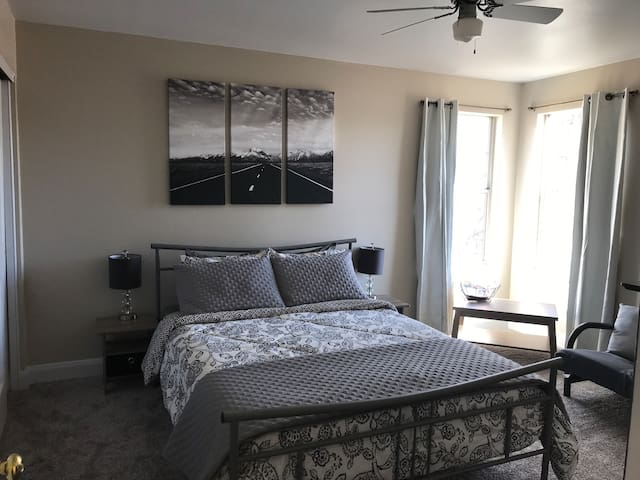 Comfy queen bed near Zion and more!