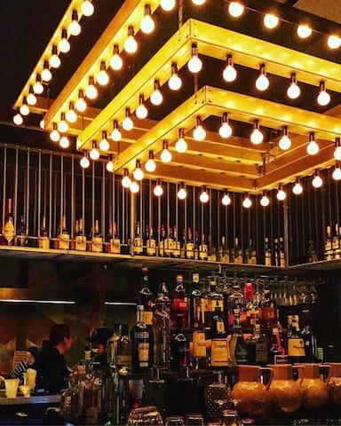 Situé sur la très populaire rue Wellington, le Social Verdun est un bar qui, par son décor feutré, évoque l'age d'or des casinos d'antan. Le Social possède une cuisine ouverte jusqu'à 23h tous les jour.  https://www.facebook.com/LeSocialSalsa/