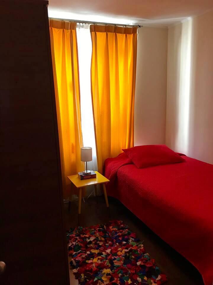 Habitación con cama single, dos amplios closet, mesita de noche.