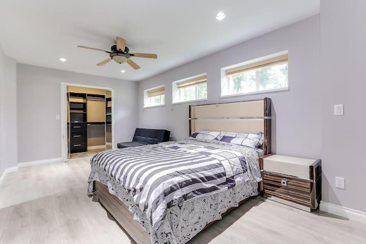 Huge room B02 w/walk-in closet & free parking