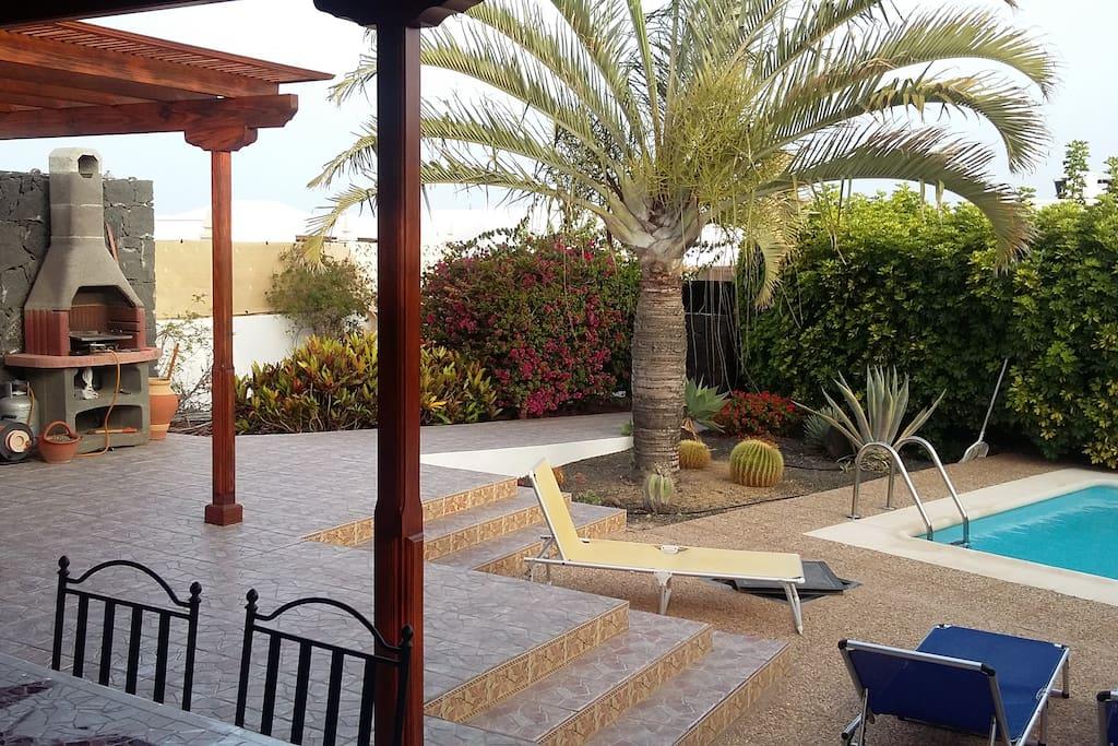 Piscina y jardín / Swimming pool and garden / Piscine et jardin