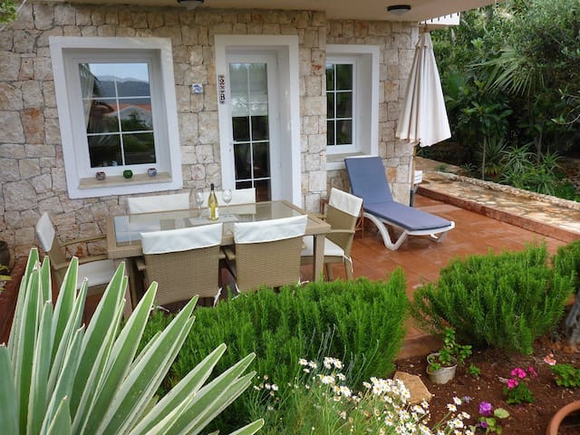 Lovely 2 Bedroom Apartment with Garden and Pool - Kaş - Byt