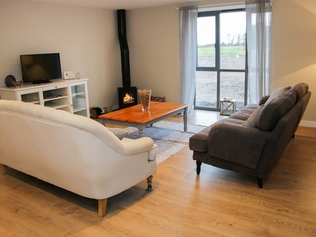 THE COW BARN, pet friendly in Waters Upton, Shropshire, Ref 980979
