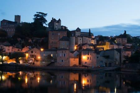 Impressive house beside the river - Puy-l'Évêque