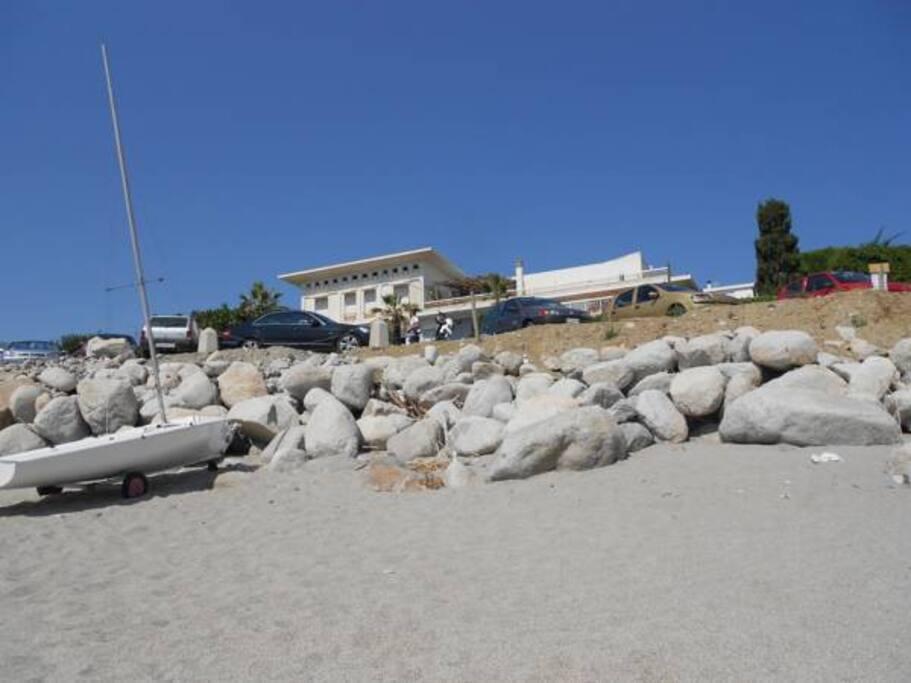 Vista della Villa Tempio di Apollo dalla spiaggia.
