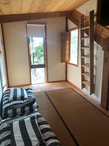 2階に寝室が2部屋あります。