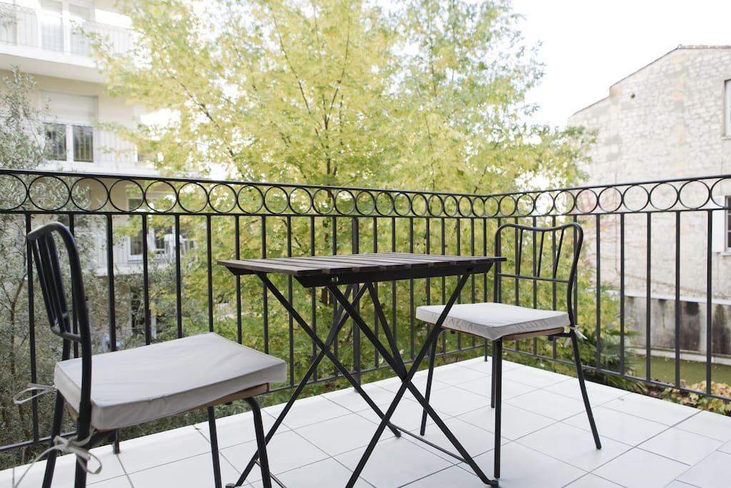 Belle terrasse calme et lumineuse.