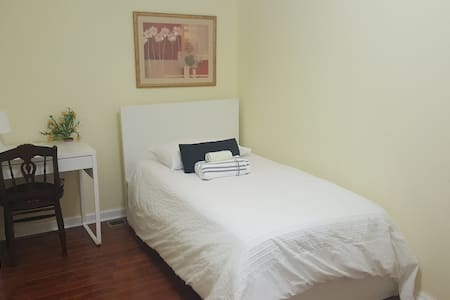 2838-4 Comfortable Twin Room with Shared Bathroom - Philadelphia