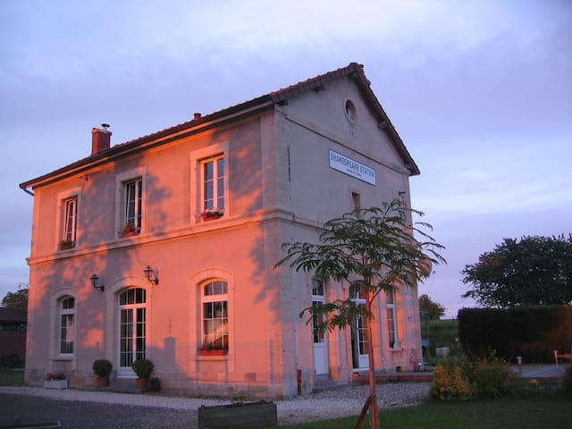 Shakespeare Station - Champagne-sur-Vingeanne - Bed & Breakfast