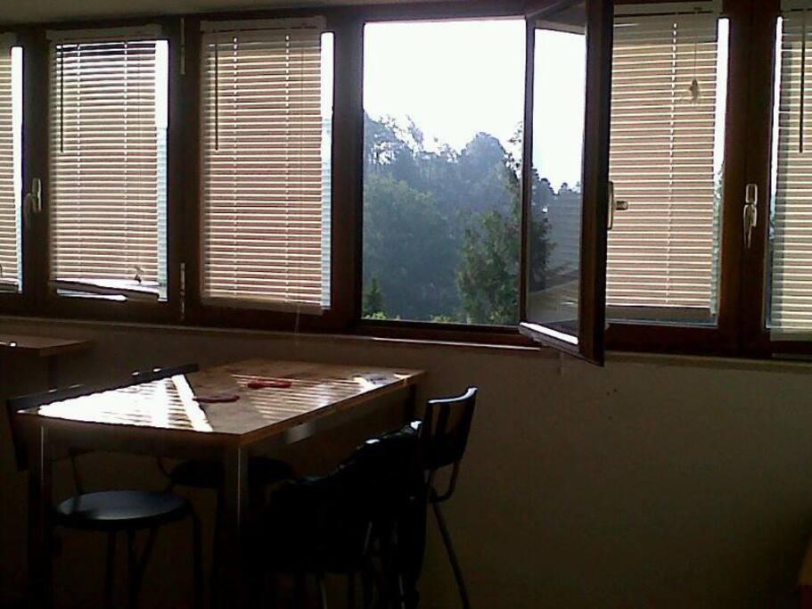 tavolo salotto vista su vallata