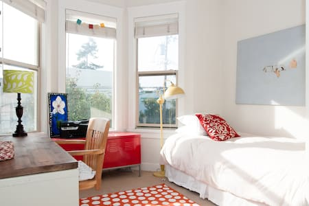 Cozy Bright Room in Live-In Gallery