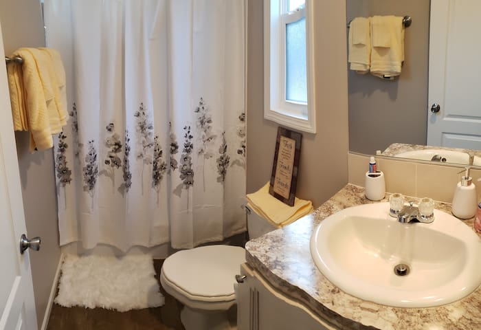 Private room & bath in a 3bd 2 bath home