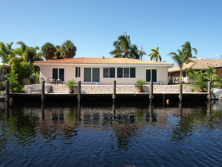 Waterfront home / pool near Miami