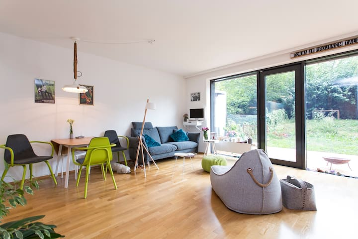 ROOM with garage, garden and pets in trendy Karlin