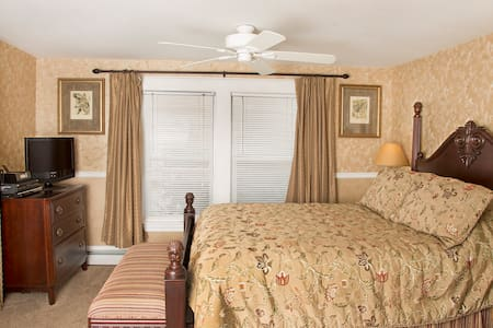 Glynn House: Harding Deluxe Bedroom - Ashland