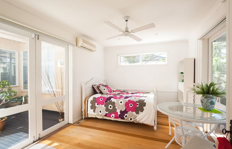 3 rooms available /Garden house /01