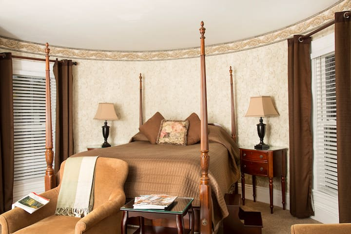 Harrison Bedroom: Gracious Living