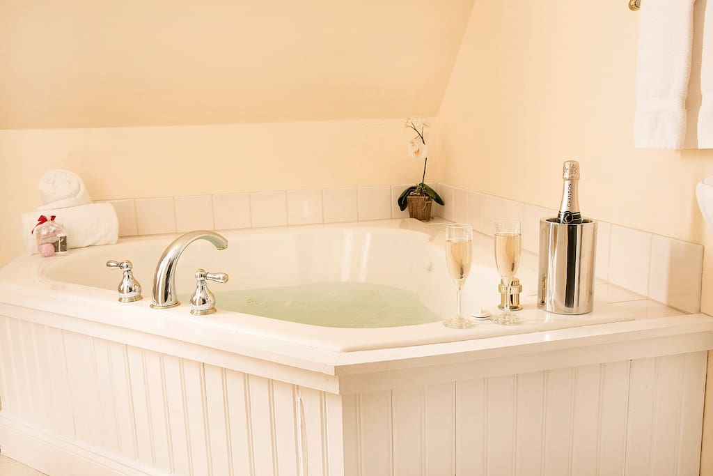 Washington Deluxe Suite - perfect romantic combination, double whirlpool bath and champagne