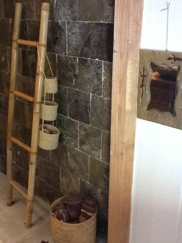 entrée de la salle de bains, pierre naturelle, douche et hydromassage
