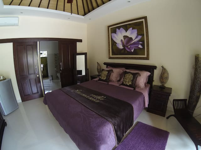 Suite with queen-size bed overlooking the pool