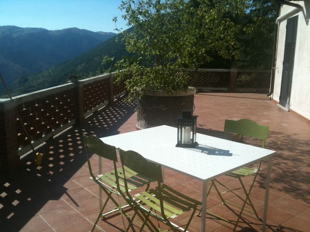 Villa vista lago a 4 km da Scanno. Max privacy
