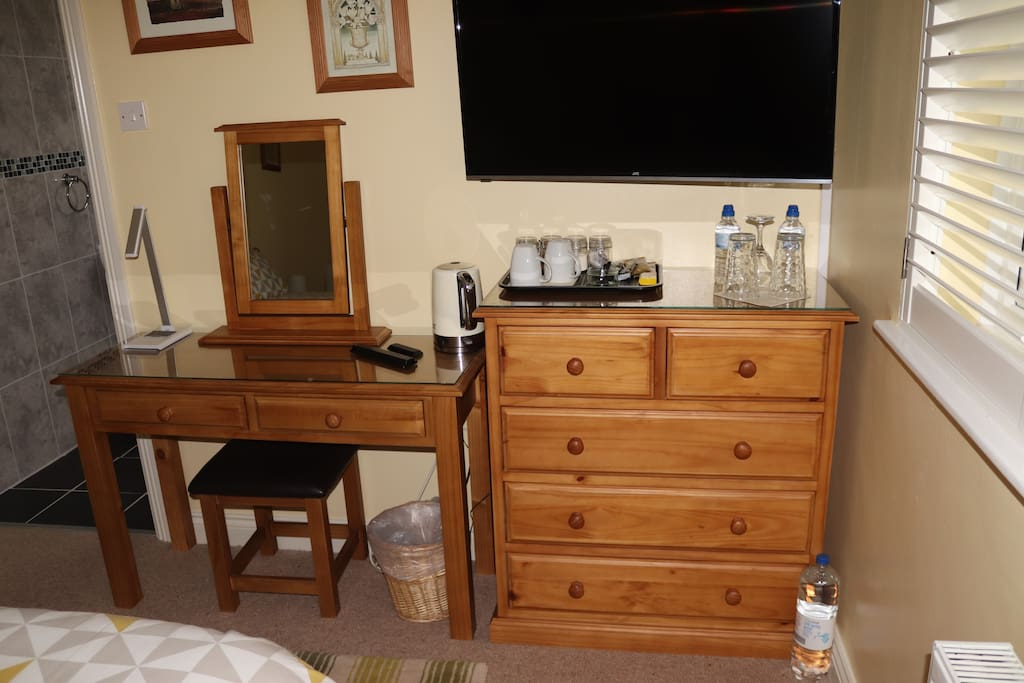 Desk, Chest of drawers & TV