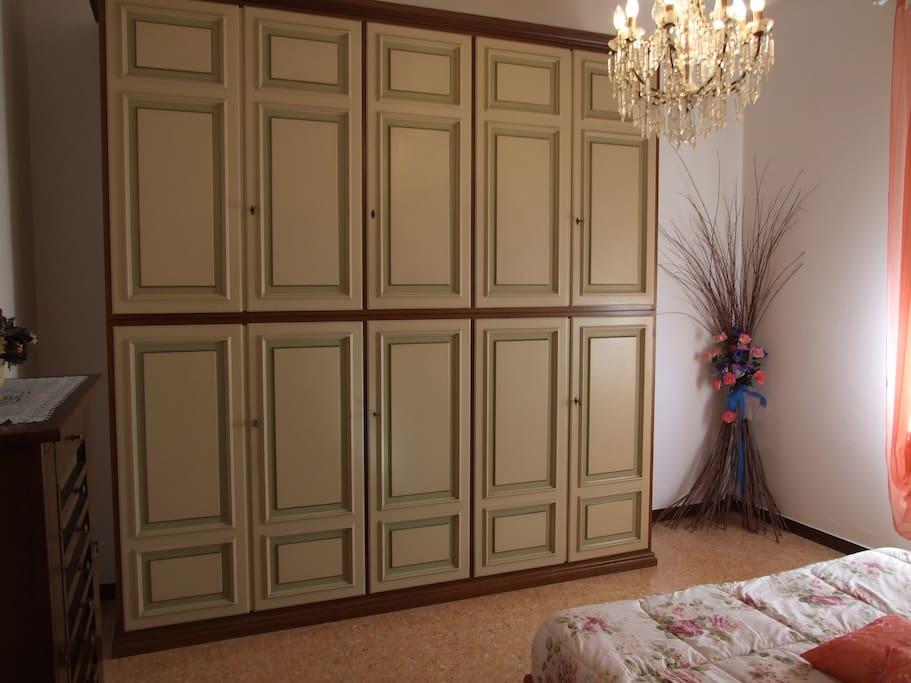 armadio camera da letto completo di cuscini,piumone e coperta di lana. L'armadio è in stile veneziano