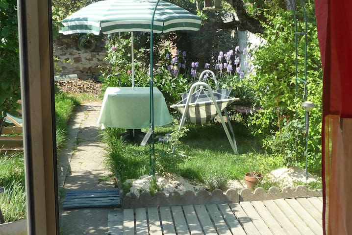 Garden, veranda, house : Pleasant ! - La Roche-sur-Yon - Bed & Breakfast