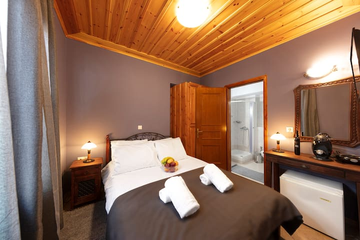 White Hill Wooden Room AΤ the Center Of Arachova 3