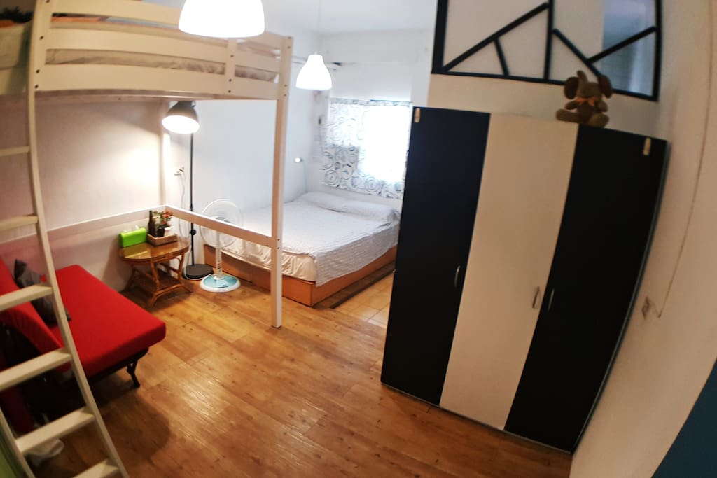 一張雙人床,一張雙人沙發床,一張雙人高腳床 There's one double bed, sofa bed and loft bed. The room is available for 6 adults.