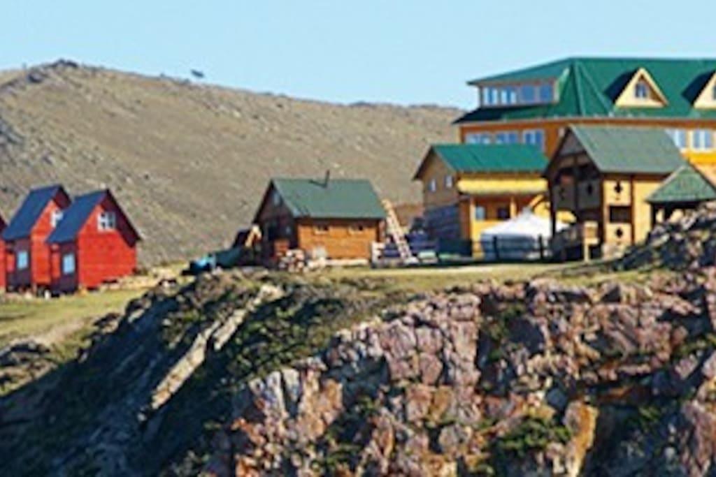 Вид со стороны озера Байкал на усадьбу.