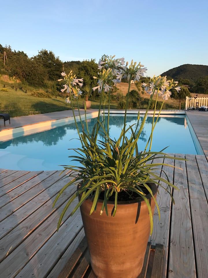 Gîte Crest, avec terrasse et piscine.