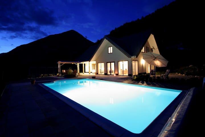 Guillestre (Hautes Alpes) met prachtig uitzicht.