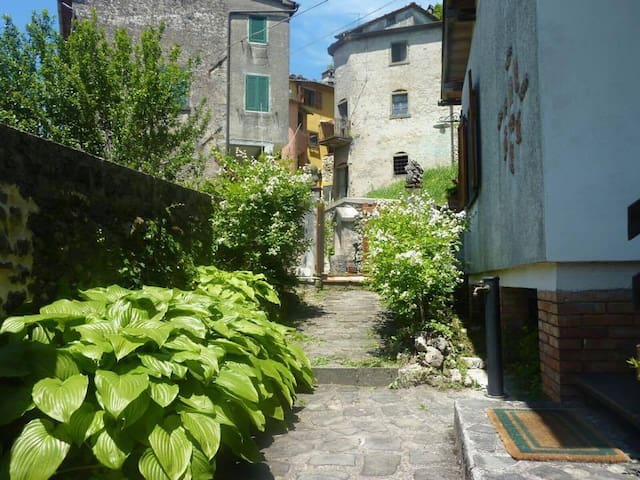 Tuscan Village Home - Relax and Have an Adventure! - Bagni di Lucca - Huis