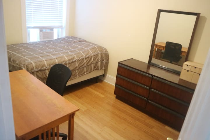 Comfy room walking distance to metro CoHi