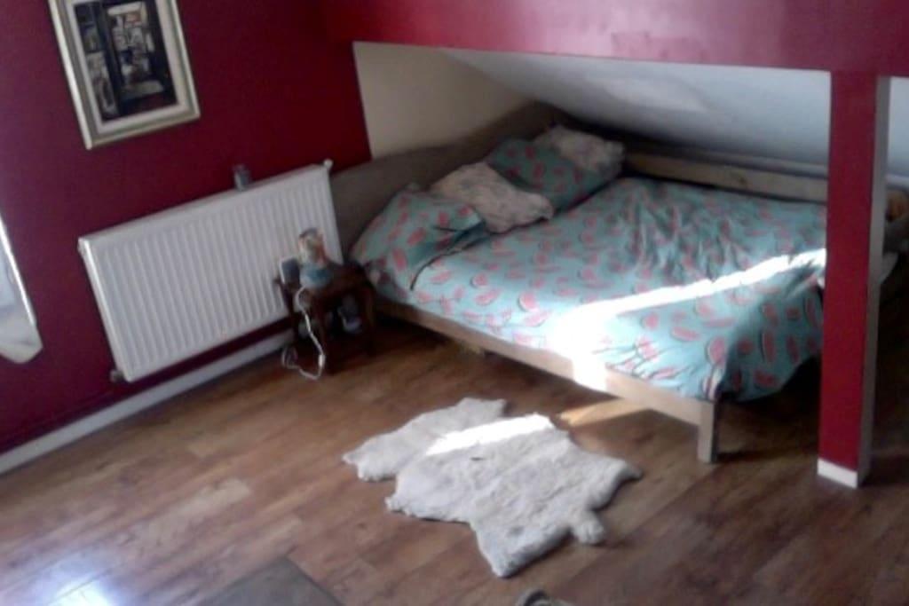 Le lit double du studio