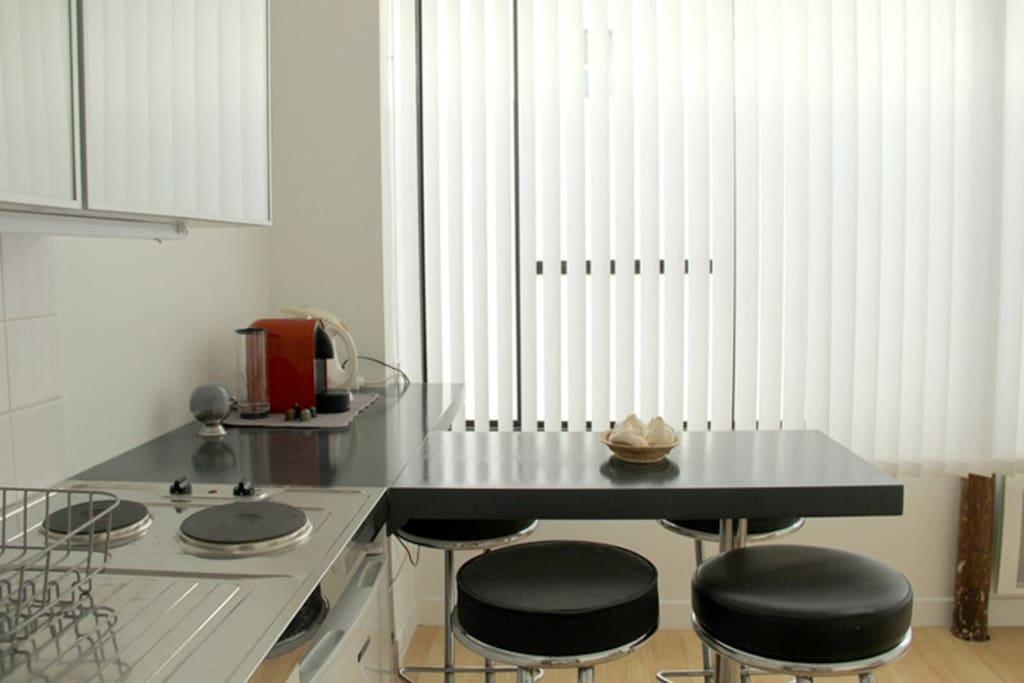 Cafetière, grille pain, bouilloire, couverts et les essentiels pour cuisiner...
