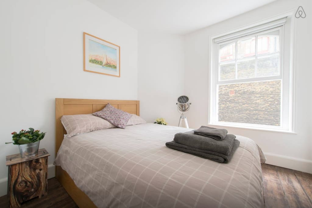 Double bed, clean clear room, with Hollywood side lamp