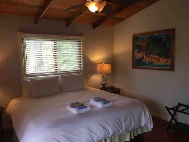 Mahalo House - master bedroom